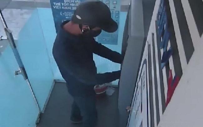 Hà Tĩnh: Truy tìm hai đối tượng bí ẩn gắn thiết bị sao chụp thông tin trên cây ATM - Ảnh 1