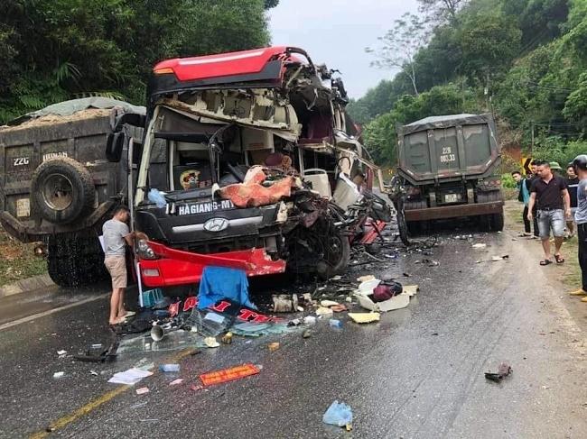 Tuyên Quang: Va chạm với xe tải, xe khách vỡ nát phần đầu, 6 hành khách nhập viện - Ảnh 1