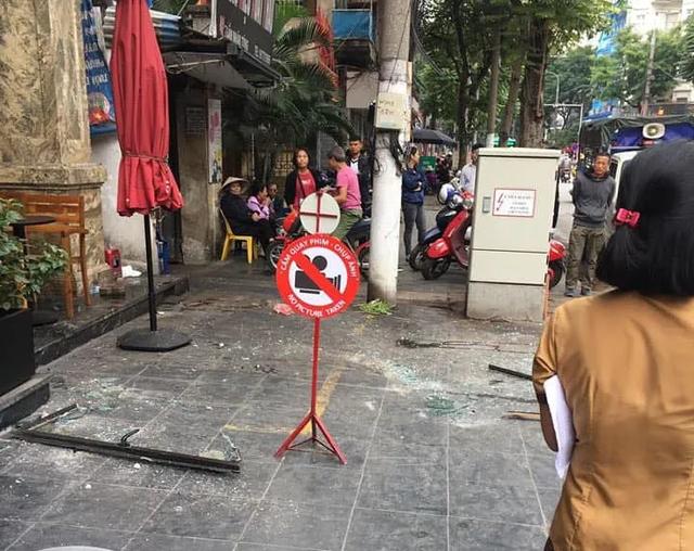 Hà Nội: Cửa kính khách sạn bất ngờ rơi xuống đường, 3 người bị thương - Ảnh 1