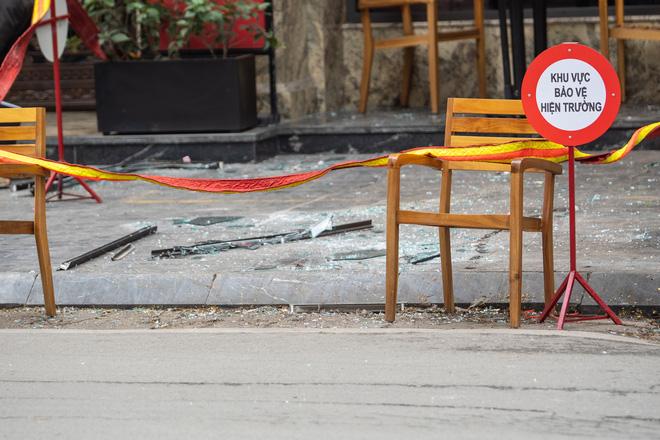Hà Nội: Cửa kính khách sạn bất ngờ rơi xuống đường, 3 người bị thương - Ảnh 2