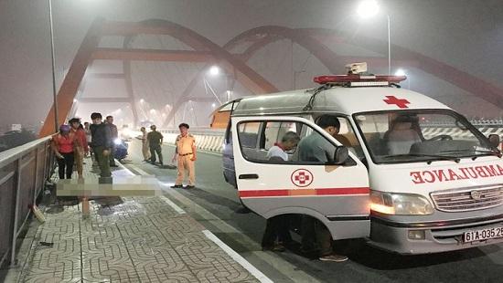 Tin tức tai nạn giao thông mới nhất hôm nay 15/11/2019: Tự tông vào lề đường, 2 thiếu niên thương vong - Ảnh 1