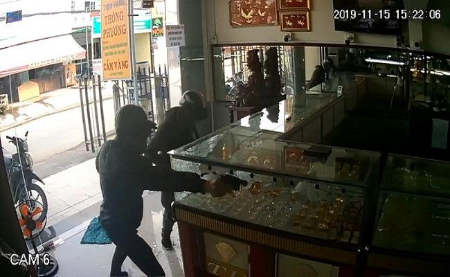Vụ nổ súng cướp tiệm vàng ở TP.HCM: Camera hé lộ điều bất ngờ về nghi phạm - Ảnh 1