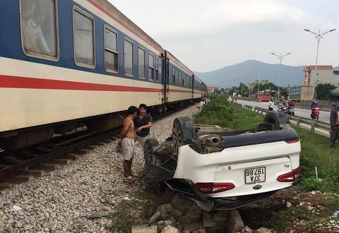 Tin tức tai nạn giao thông mới nhất hôm nay 17/11/2019: Va chạm với xe container, nữ tài xế tử vong - Ảnh 4