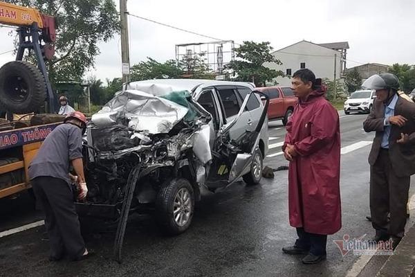 Tin tức tai nạn giao thông mới nhất hôm nay 20/11/2019: Xe khách tông xe tải, 3 người bị thương - Ảnh 2