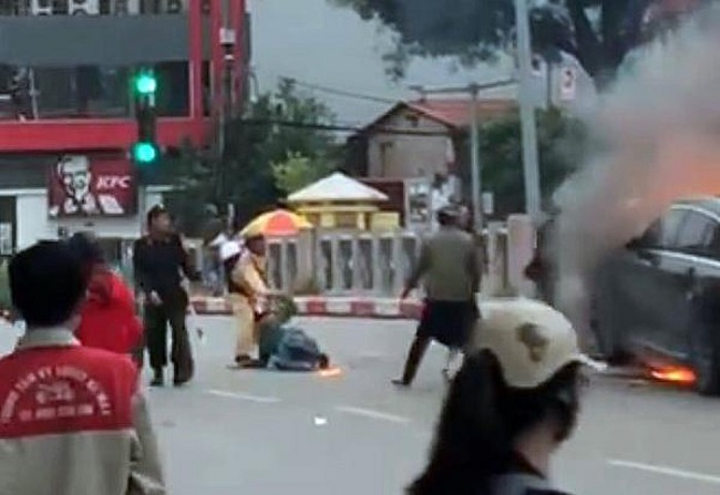 Trung tá công an kể lại khoảnh khắc lao vào lửa cứu người khỏi vụ xe Mercedes bốc cháy dữ dội - Ảnh 1