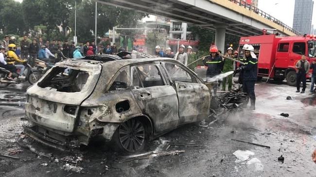 Hiện trường xe Mercedes bốc cháy sau tai nạn liên hoàn, 1 người tử vong tại chỗ - Ảnh 2