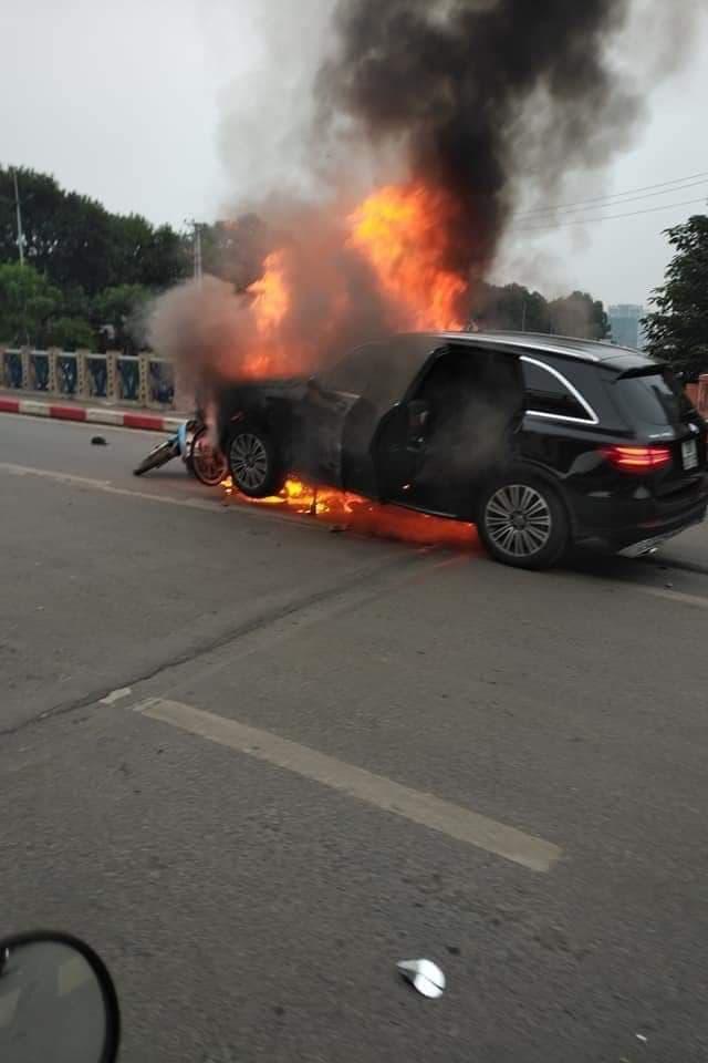 Hiện trường xe Mercedes bốc cháy sau tai nạn liên hoàn, 1 người tử vong tại chỗ - Ảnh 1