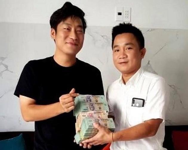 Chủ quán ăn trả lại 1,6 tỷ đồng cho du khách Hàn Quốc - Ảnh 1