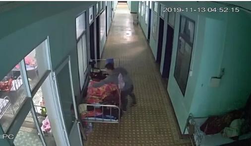Bị đưa clip đang trộm tiền trong bệnh viện lên Facebook, nghi phạm ra đầu thú - Ảnh 1