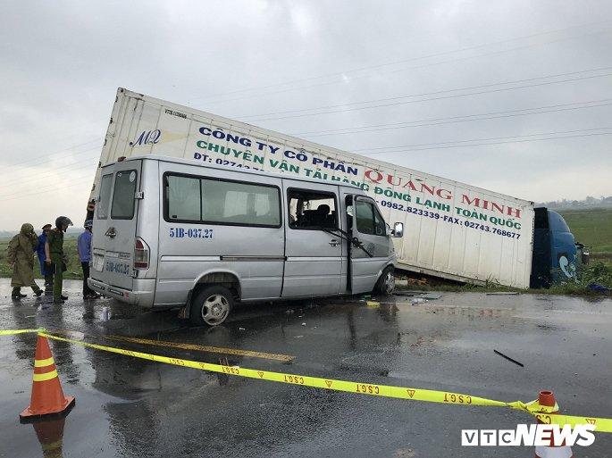 Tin tức tai nạn giao thông mới nhất hôm nay 25/11/2019:  Xe khách gây tai nạn thảm khốc ở Quảng Ngãi - Ảnh 1