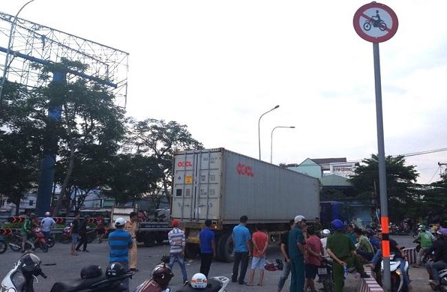 Tin tức tai nạn giao thông mới nhất hôm nay 25/11/2019:  Xe khách gây tai nạn thảm khốc ở Quảng Ngãi - Ảnh 4