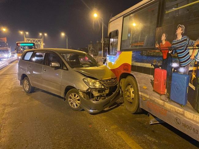 Hà Nội: Xe Inova đâm vào đầu xe buýt trên cầu Chương Dương - Ảnh 2