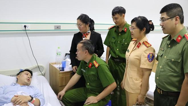 Thượng úy công an bị thương trong lúc cứu nam thanh niên nhảy cầu - Ảnh 1
