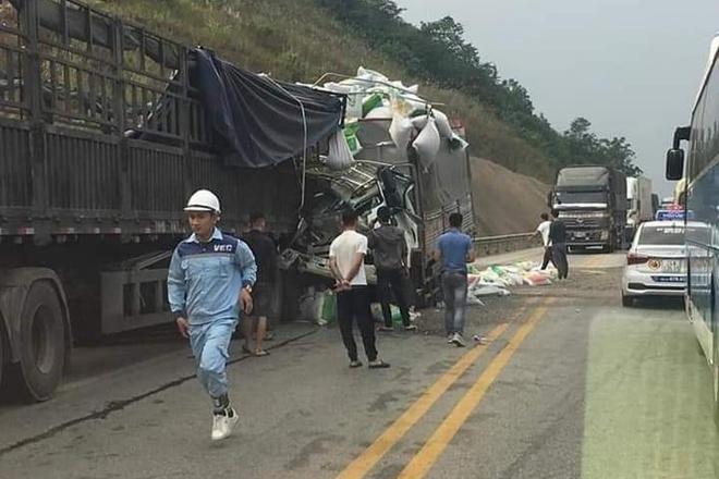 Tin tức tai nạn giao thông mới nhất hôm nay 1/12/2019: Xe tải đâm xe đầu kéo, 5 người thương vong - Ảnh 1