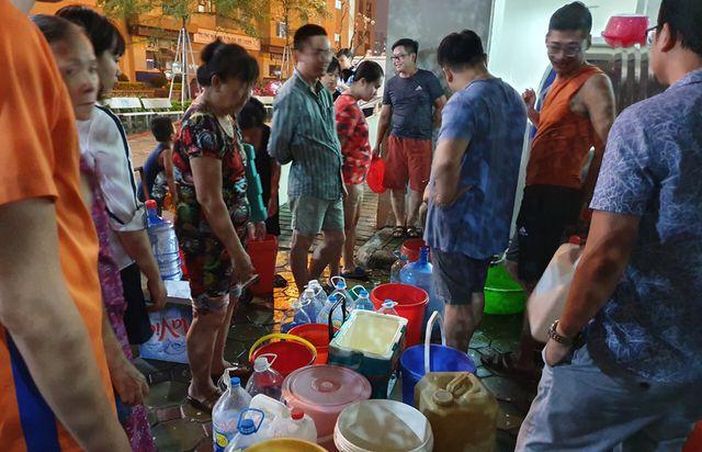 Công ty nước sạch sông Đà xả nước súc rửa bể chứa trong sự cố nhiễm dầu ra suối - Ảnh 1