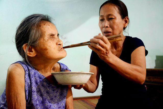 """Quảng Nam: Người đàn bà """"điên"""" đưa cụ già bị mù về nhà chăm sóc như mẹ ruột - Ảnh 2"""