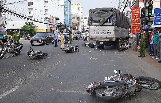 Tin tức tai nạn giao thông mới nhất hôm nay 10/11/2019: Đâm ô tô tải, người đàn ông bị chết cháy - Ảnh 4