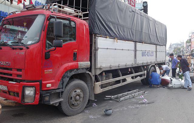 An Giang: Xe tải tông 6 xe máy đang dừng đèn đỏ, 4 người bị thương - Ảnh 2