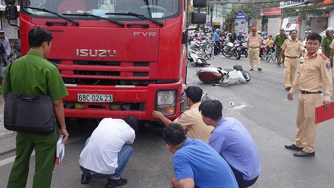 An Giang: Xe tải tông 6 xe máy đang dừng đèn đỏ, 4 người bị thương - Ảnh 3