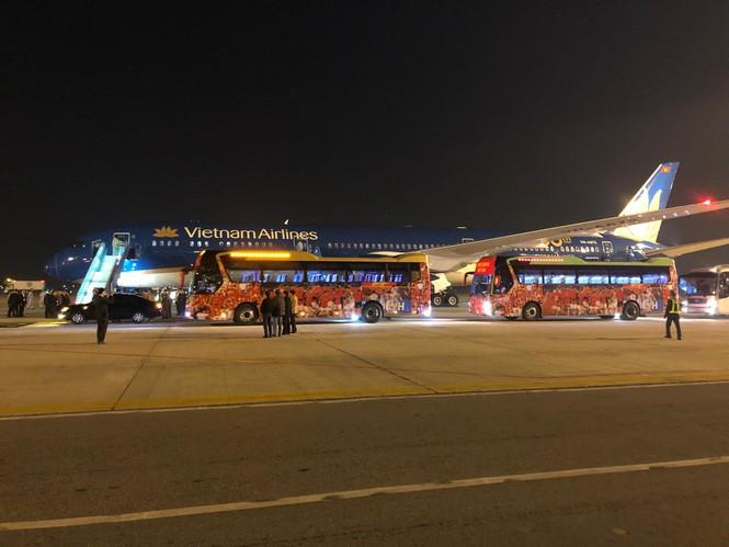 Những hình ảnh đầu tiên về các cầu thủ U22 Việt Nam tại sân bay Nội Bài - Ảnh 2