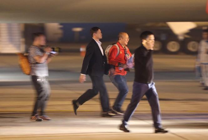 Những hình ảnh đầu tiên về các cầu thủ U22 Việt Nam tại sân bay Nội Bài - Ảnh 3