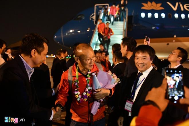 Những hình ảnh đầu tiên về các cầu thủ U22 Việt Nam tại sân bay Nội Bài - Ảnh 4