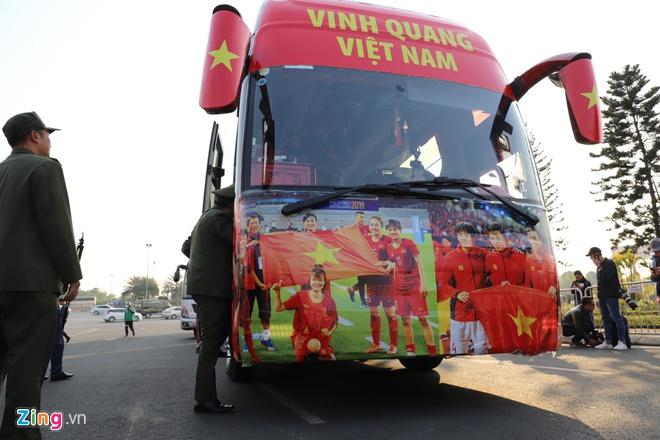 Hàng nghìn người hâm mộ đổ về Nội Bài chào đón các tuyển thủ U22 Việt Nam - Ảnh 1