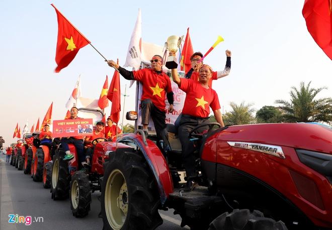 Hàng nghìn người hâm mộ đổ về Nội Bài chào đón các tuyển thủ U22 Việt Nam - Ảnh 2