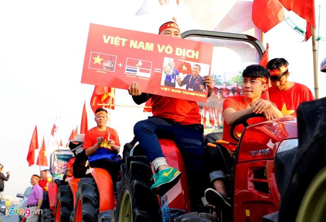 Hàng nghìn người hâm mộ đổ về Nội Bài chào đón các tuyển thủ U22 Việt Nam - Ảnh 3