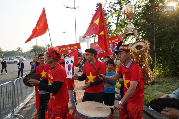 Hàng nghìn người hâm mộ đổ về Nội Bài chào đón các tuyển thủ U22 Việt Nam - Ảnh 4