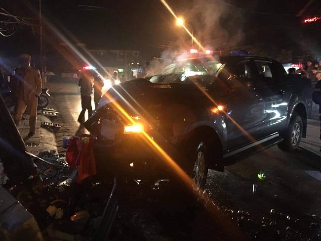 Xuống đường đi bão, ô tô bán tải tông vào cột điện khiến 2 người bị thương - Ảnh 1