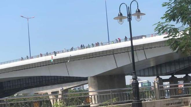 TP.HCM: Nam thanh niên nhảy cầu tự tử rồi tự bơi trên sông kêu cứu - Ảnh 1