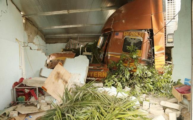 Tin tai nạn giao thông mới nhất ngày 19/12/2019: Xe container lao vào nhà dân, 3 người thoát chết - Ảnh 1