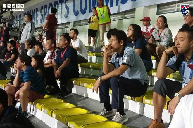 Biểu cảm bất ngờ của HLV Thái Lan trên khán đài theo dõi cuộc đấu giữa U22 Việt Nam - U22 Indonesia - Ảnh 1