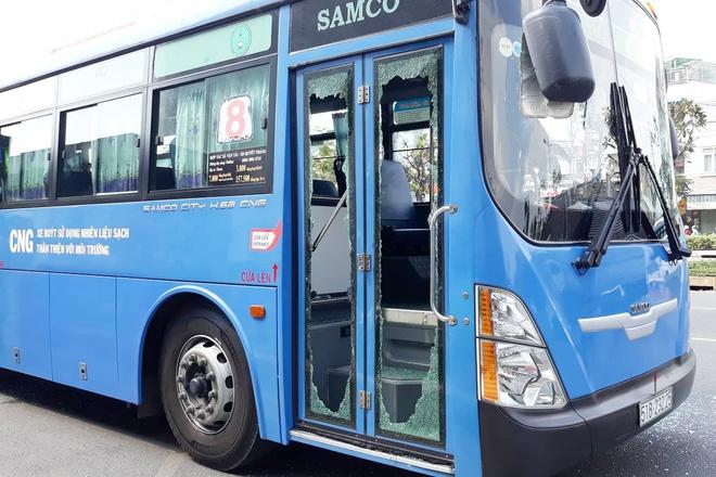 Vụ nhóm côn đồ dùng hung khí đập phá xe buýt: Xác định được danh tính một đối tượng - Ảnh 1