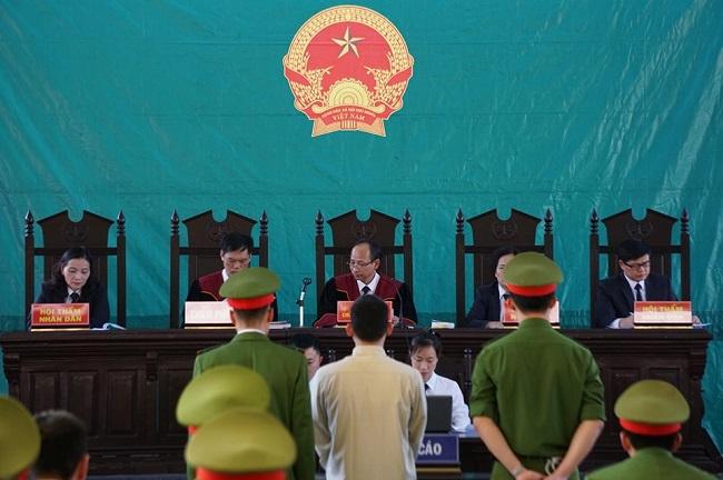 Xét xử vụ nữ sinh giao gà bị sát hại ở Điện Biên: Lường Văn Lả bật cười khi trả lời HĐXX - Ảnh 1
