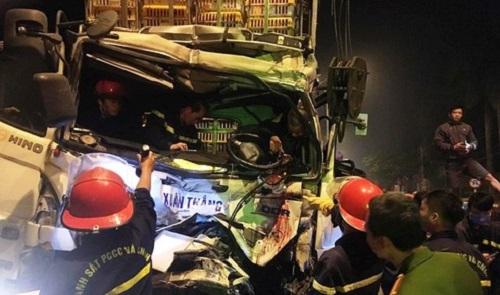 Tin tai nạn giao thông mới nhất ngày 1/1/2020: Giải cứu tài xế trong cabin xe tải bẹp dúm - Ảnh 1