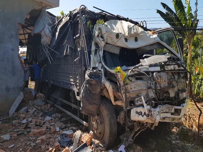 Tin tai nạn giao thông mới nhất hôm nay 8/12/2019: Xe tải lao vào nhà dân, 5 người kịp thoát thân - Ảnh 1