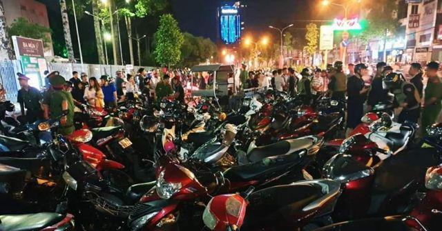 """Xuống đường """"đi bão"""" sau trận U22 Việt Nam đại thắng, hàng trăm phương tiện bị tạm giữ - Ảnh 1"""