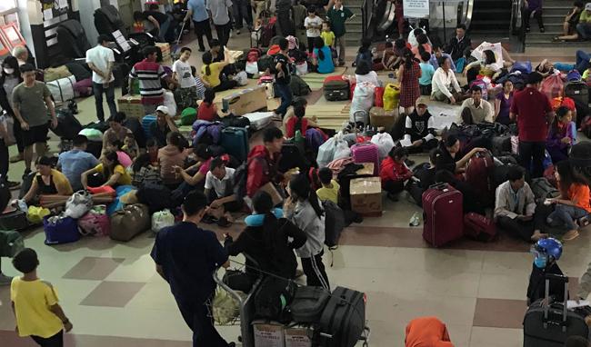 Tàu về Ga Sài Gòn trễ giờ, hàng trăm hành khách về quê đón Tết phải ngồi đợi suốt 2 giờ - Ảnh 1