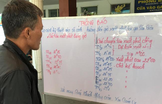 Tàu về Ga Sài Gòn trễ giờ, hàng trăm hành khách về quê đón Tết phải ngồi đợi suốt 2 giờ - Ảnh 2