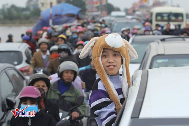 """Hàng vạn du khách đổ về chợ Viềng """"mua may, bán rủi"""" trước ngày khai hội - Ảnh 1"""