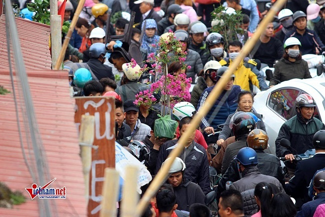 """Hàng vạn du khách đổ về chợ Viềng """"mua may, bán rủi"""" trước ngày khai hội - Ảnh 2"""