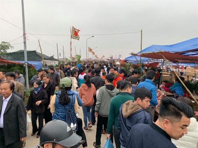 """Hàng vạn du khách đổ về chợ Viềng """"mua may, bán rủi"""" trước ngày khai hội - Ảnh 3"""