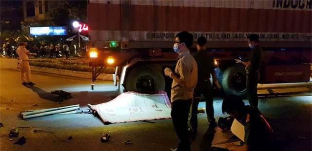 Quảng Trị: Xe máy va chạm xe đầu kéo, 3 người thương vong - Ảnh 1