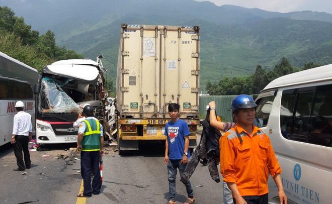 Bình Định: Xe chở khách du lịch Hàn Quốc va chạm với container, 11 người bị thương - Ảnh 1