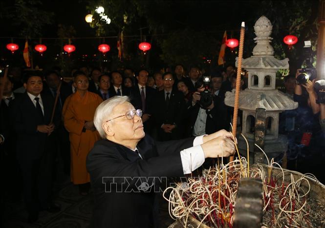 Tổng Bí thư, Chủ tịch nước Nguyễn Phú Trọng dâng hương tại chùa Trấn Quốc và chúc Tết nhân dân - Ảnh 2