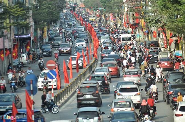 Người du xuân nhích từng bước vì đường phố Hà Nội kẹt cứng trở lại - Ảnh 1