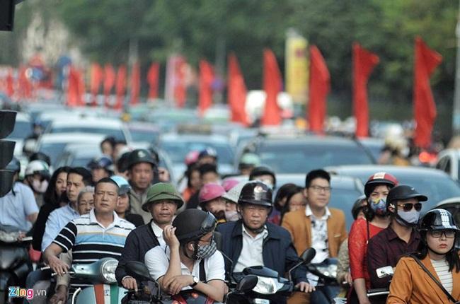 Người du xuân nhích từng bước vì đường phố Hà Nội kẹt cứng trở lại - Ảnh 3