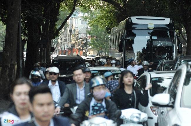 Người du xuân nhích từng bước vì đường phố Hà Nội kẹt cứng trở lại - Ảnh 5